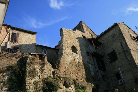 1280px-Rovine_nel_centro_medievale_Campagnano