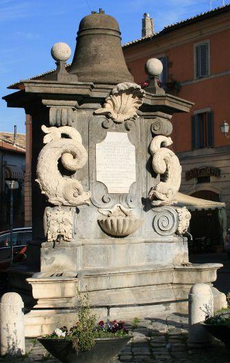 800px-Fontana_dei_delfini_Campagnano
